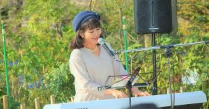 川島由美 ヘブンアーティスト  ソプラノ歌手 弾き語り 上野公園 ボイストレーナー アンチエイジング 社会貢献活動 被災地支援 野外演奏